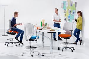 Öfter mal aufstehen! Ob im Meeting oder am Arbeitsplatz: Regelmäßige Haltungswechsel beugen Verspannungen vor und fördern die Konzentrationsfähigkeit