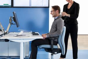 Ergonomieberater veranschaulichen den Nutzen einer optimalen Körperhaltung am Arbeitsplatz