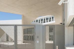 Besonders die Zutrittsorganisation für große Gebäudekomplexe - wie hier an der deutschen Schule in Madrid - bedarf einer umfassenden Planung
