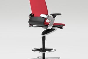 Die Sitzhöhe des Counterstuhls ON ist variabel zwischen 68 und 81 cm einstellbar