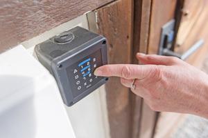 Insgesamt müssen auf dem gesamten Gelände rund 100 Türen sicher verschlossen, überwacht und gesteuert werden