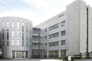 Zum Gebäudekomplex gehört auch ein Bürohaus, in welchem auf rund 12.500m² Fläche mehrere Unternehmen ihren Firmensitz haben