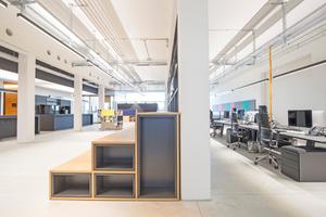 Raumhohe Regale trennen Arbeitsplätze vom Durchgangsbereich: conceptsued gmbh und Modal M GmbH (© Entwurf und Planung conceptsued gmbh und Modal M GmbH)