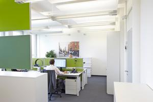 Die hochwertige Büroausstattung optimiert Akustik, Licht und Klima