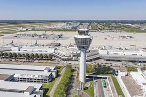 Blick auf den Tower, die Parkhäuser sowie den Terminal 1 und das Vorfeld-West