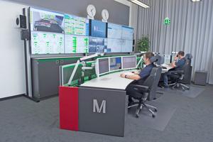 Der Leitstand wurde mit vier Stratos X11 Command Desks, Version Curve versehen, an denen bequem zwei Personen Platz finden. Aufgrund der Halbmondform des Pults hat auch eine Person alle Bildschirme im Blick