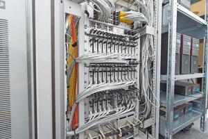 Alle Rechner wurden in einen Serverraum ausgelagert. Dadurch gibt es deutlich weniger Geräusche im Kontrollraum