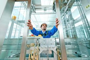 Die im Juni 2015 novellierte Fassung der Betriebssicherheitsverordnung (BetrSichV) sollte diese Aufgabe vereinfachen, warf jedoch Fragen auf: Muss der Aufzug nachgerüstet werden, um sicher zu sein?