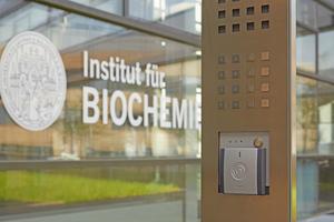 Wandleser am Eingang des Instituts für Biochemie der Uni Greifswald
