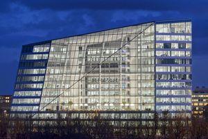 Philips Lighting ist nach eigenen Angaben der führende Anbieter für vernetzte Lichtsysteme und professionelle Services und nutzt das Internet der Dinge, um Licht jenseits reiner Beleuchtung in eine vollständig vernetzte Welt zu transformieren. Auch im 40.000 m² großen Bürogebäude The Edge in Amsterdam hilft das vernetzte Beleuchtungssystem, eine angenehmere, produktivere und nachhaltigere Umgebung zu schaffen
