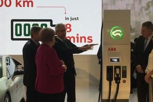 ABB CEO Ulrich Spiesshofer zeigt Bundeskanzlerin Angela Merkel und Mexicos Präsident Enrique Peña Nieto die neueste Schnellladesäule für Elektroautos am ABB-Stand - Stand