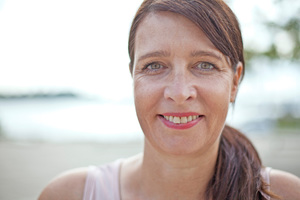 Nicole Jamm absolvierte eine Ausbildung als Erzieherin, studierte Betriebswirtschaftslehre und besuchte zusätzlich Psychologie-Seminare. Bevor Sie bei Boldly Go Industries als Feelgood-Managerin startete, arbeitete sie unter anderem in der HR-Abteilung der Lufthansa.
