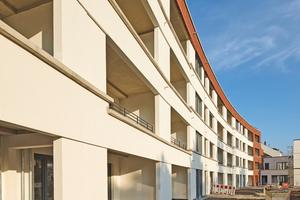 Der Neubau orientiert sich in Form und Materialität am vorherigen Bestand. Die Fassade ist über ihre Gesamtlänge mit Risaliten und Erkern gegliedert und rhythmisiert. Die Plastizität der Fassade wird unterstrichen durch versetzt angeordnete Klinkerlagen im Sockelbereich und die Grenadierschicht über den Fenstern