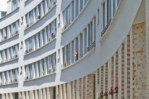Der neue Schwarzwaldblock wurde schrittweise und in vier Bauphasen realisiert. Ein behutsames Baumanagement ermöglichte es den Bewohnern im Quartier zu bleiben. Die barrierefrei zugänglichen Wohnungen verfügen im Erdgeschoss über Mietergärten, in den Regelgeschossen über großzügige Balkone sowie im Dachgeschoss über Dachterrassen