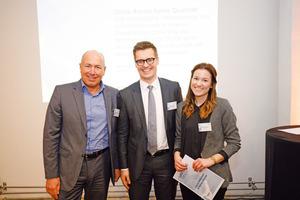 Michael Schmid, Vorsitzender der Geschäftsführung der DB Services GmbH konnte in diesem Jahr drei herausragende Beiträge auszeichnen: Dabei ging der 3. Preis des ipv-Autorenpreises Sarah Volltrauer und Florian Danner von M.O.O.CON (v.l.n.r.)