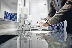 Die Deutschen lieben es sauber: Jährlich werden rund 480.000t Reinigungs- und Pflegemittel verbraucht. Dabei enthält ein Großteil dieser Produkte Chemikalien, die für die Umwelt belastend sind