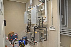 Für den Wärmeübertrag auf die Fußbodenheizung ist eine Wärmetauscher-Einheit zwischengeschaltet, mit der Wassertemperaturen bis zu 45°C für den Heizbetrieb erreicht werden können