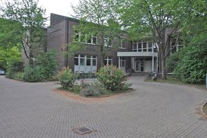 Das aus den 1980er Jahren stammende Gebäude des Zell- und molekularbiologischen Labors (ZMF) des Universitätsklinikums Tübingen sollte instandgesetzt und die für die aktuelle Nutzung nicht mehr zugeschnittene Anlagentechnik an neue Anforderungen angepasst werden