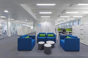 """Das sogenannte """"Siemens Office Concept"""" im Verwaltungsgebäude: hier laden Lounges zum relaxen in entspannter Atmosphäre oder zu Gesprächen mit den Kollegen ein"""