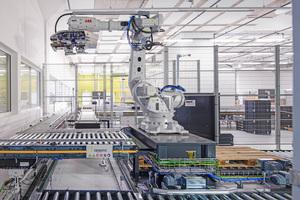 Blick in das Produktionsgebäude: Dieser Roboter ist Teil des neuen, automatisierten Transport- und Lagersystems