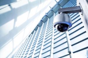 Eine intelligente Gebäudetechnik kann sich auf die individuellen Bedürfnisse der Nutzer einstellen – es kennt sozusagen die Wünsche jedes Nutzers und passt den Ort entsprechend an. Auch dazu werden Bilder aus der Kameraüberwachung mithilfe von anderen smarten Technologien zu einem selbstlernenden System verbunden