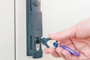 """""""blueSmart""""-Halbzylinder in IP geschützten Schwenkhebeln sichern die Stromverteilerkästen"""