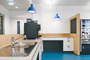 """In ausgewählten Büroküchen wurde die """"HansaMix"""" mit praktischer, herausziehbarer Geschirrbrause installiert"""