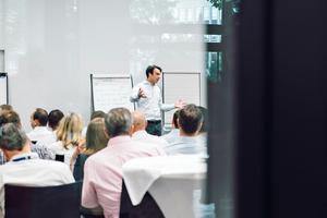 """Über das Bedienfeld in einem Konferenzraum kann das Szenario """"Präsentation"""" programmiert werden"""