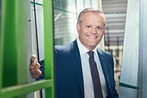 """Andreas Engelhardt, CEO von Schüco: """"Wirklich smart ist nur der, der Vernetzung als Chance betrachtet. Gira und Schüco zeigen zusammen, was Smart Building für Möglichkeiten bietet. Ganzheitlich integriert, rundum vernetzt und einfach schön."""""""