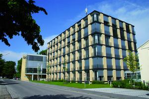 Blick auf die Hauptverwaltung in Schrobenhausen. Die Bauer Gruppe ist ein vielseitiges Unternehmen mit ebenso vielseitigen Aufgabenfeldern