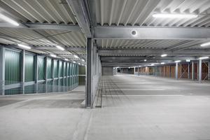 Leuchtengruppen werden immer voreilend aktiviert, d.h. ein auffahrendes Auto erhält schon vor Erreichen der nächsten Parkebene 100 % Licht, ebenso die angrenzenden Parkbereiche