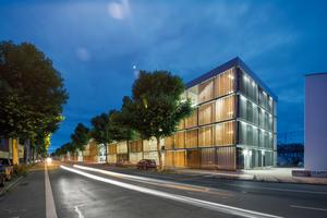 Die Beleuchtung des langgezogenen Parkhauses im urbanen Umfeld war eine besondere Herausforderung. Sie sollte Belastungen durch unnötig helles Licht vermeiden, dabei energieeffizient und wirtschaftlich sein – und vor allem Sicherheit garantieren