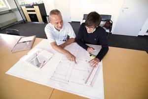 Thomas Ludwig (rechts), Geschäftsführer von Ludwig Elektro- und Netzwerktechnik, und Claus Raab (links), Leiter Lichtplanung bei Lichtwerk, haben gemeinsam ihr spezifisches Know-how zur optimalen Parkhaus-Beleuchtung eingebracht