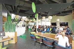 Blick in das Forum mit Restaurantbereich