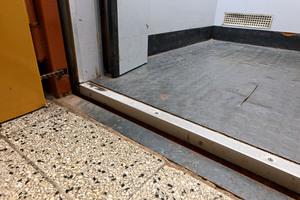 Gefährlich: Stolperkanten, weil die Aufzugkabine nicht bündig hält