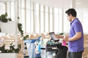 Reinigungspersonal profitiert von den digitalen Reinigungsplänen von Tork unter anderem durch den ständigen Zugriff auf Anleitungen, wodurch Abstimmungen untereinander erleichtert werden, zum Beispiel beim Schichtwechsel