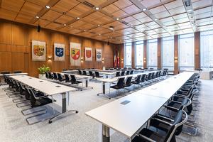 Zum neuen Raumkonzept des Tagungssaals in Rendsburg gehören eine flexible Möblierung mit einer intelligenten Daten- und Stromversorgung. Dennoch sind die Tische problemlos stapelbar