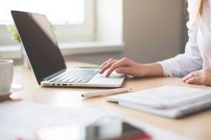 Laut eines kürzlich gefällten EuGH-Urteils sollen Unternehmen aller Branchen künftig die Arbeitszeiten ihrer Arbeitnehmer minutengenau erfassen. Da viele Mitarbeiter mittlerweile flexible Arbeitszeitmodelle nutzen oder im Home-Office arbeiten, reicht eine Stechuhr dafür nicht mehr aus.