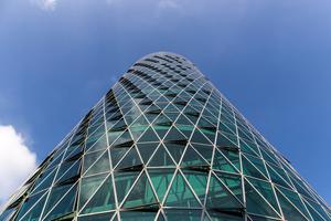 Der Westhafen Tower ist mit seinen 112m Höhe kein Riese. Aber trotzdem ein Hingucker, de er allein direkt am Main steht und das runde Gebäude mit 3500 dreieckigen Fenstern auffällig ausgestattet ist