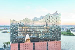 Besonders für die Reinigung eine Herausforderung: Das Bauwerk aus der Feder des Schweizer Architekturbüros Herzog & de Meuron steht auf mehr als 1000 Stahlbetonpfählen direkt an der Elbe. Der Entwurf der Architekten lässt Alt und Neu verschmelzen – auf einen ehemaligen Speicher mit Backsteinfassade wurde ein spektakulärer zeltartiger Glasbau gesetzt