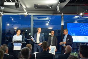 ABE-Geschäftsführer Goar T. Werner (ganz li.) und der erste Vorsitzende des ABE, Günter Carpus (ganz re.), gratulieren den Finalisten des ABE_Award 2019: Philipp Hollberg (CAALA) und Dr. Markus Mathias (Scala) (Mitte von li.)<br />