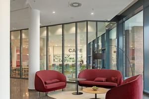Empfang mit Blick ins Café im Erdgeschoss