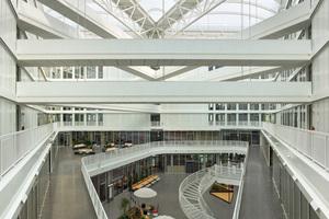 Mit einer äußerst variablen Organisation der Büroflächen und einem vielfältig gestalteten Raumangebot wird der Wandel von klassischen Arbeitsweisen hin zu New Work ermöglicht