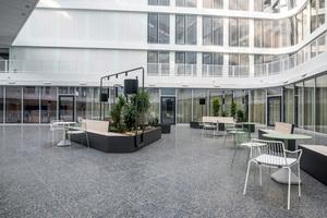 Das Atrium im 1. OG: Aufenthalts- und Wartebereich von Mitarbeiter-Serviceeinrichtungen
