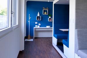Das Interieur ist dabei betont wohnlich gehalten. Unterschiedlich gestaltete Wandflächen, behagliche Textilien sowie Sitzgruppen und Arbeitsmöbel unterschiedlichster Art, in gedeckten wie in vitalen Farben, charakterisieren das Innenarchitekturkonzept