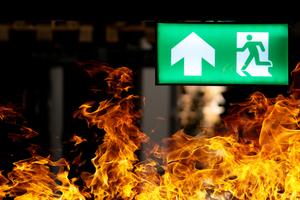 Die Sicherheitsbeleuchtung kennzeichnet und beleuchtet Flucht- und Rettungswege, sodass Gebäude im Fall eines Falles sicher verlassen, Brandbekämpfungs- und Erste-Hilfe-Einrichtungen schnell aufgefunden und gefährliche Arbeitsabläufe unfallfrei beendet werden können
