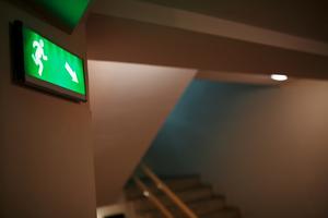 Für den ordnungsgemäßen, störungsfreien Betrieb der Sicherheitsbeleuchtung sowie deren Instandhaltung ist der Betreiber des Gebäudes verantwortlich