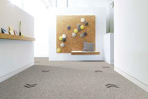 Zum Beispiel lassen sich dreieckige Elemente als Pfeile auf dem Boden integrieren, um auf Korridoren Spuren für die verschiedenen Laufrichtungen zu erstellen