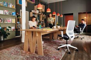 Eine ergonomisch und wohnlich ausgestattete Bürowelt fördert Kreativprozesse und unterstützt Mitarbeiter dabei, den immer höheren Effizienz-, Flexibilitäts- und Produktivitätsanforderungen gerecht zu werden