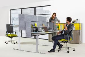 Im Stehen steigt die Produktivität um 10 bis 20 %. Nutzer von Sitz-Steh-Arbeitsplätzen berichten, wacher, aufgabenorientierter und positiver zu sein